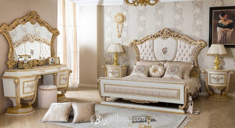 Set Tempat Tidur Ukiran Mewah Kombinasi Emas